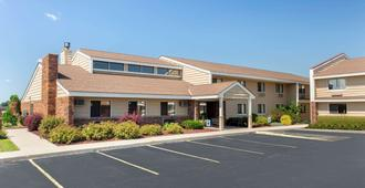 AmericInn by Wyndham West Bend - West Bend - Edificio