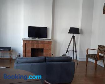 Charmant appartement au pied du château - Жіан - Living room