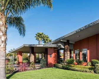Days Inn & Suites by Wyndham Lodi - Lodi - Building