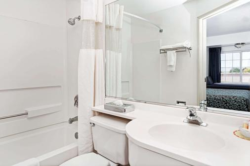 Days Inn by Wyndham Greeley - Greeley - Bathroom