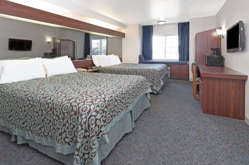 Days Inn by Wyndham Greeley - Greeley - Bedroom