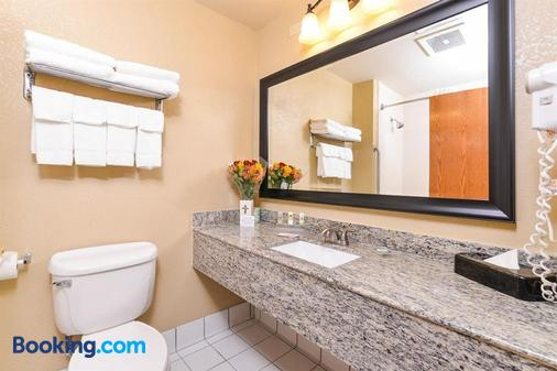 Country Inn & Suites by Radisson, Lincoln North - Lincoln - Bathroom