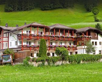 Familyhotel Stegerhaus - San Giovanni - Gebouw