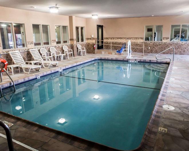 Sleep Inn and Suites Topeka - Topeka - Pool