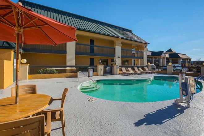 Quality Inn & Suites Civic Center - Florence - Bể bơi