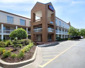 Howard Johnson by Wyndham Romulus Detroit Metro Airport - Romulus - Building