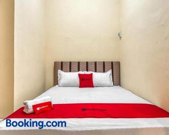RedDoorz Syariah near Kebon Rojo Park Blitar - Blitar - Bedroom