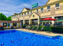 Quality Inn & Suites Evergreen Hotel - Augusta - Edificio