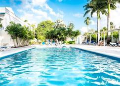 ترافيليرز بالم - Holetown - حوض السباحة