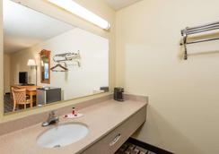 Super 8 by Wyndham Indianapolis - Indianapolis - Bathroom