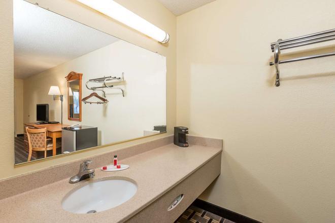 Super 8 by Wyndham Indianapolis - Indianapolis - Bathroom