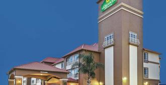 La Quinta Inn & Suites by Wyndham Houston Hobby Airport - יוסטון - בניין