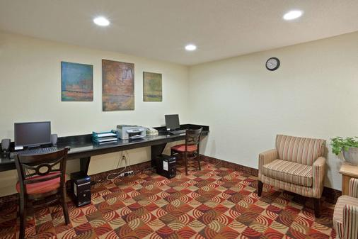 La Quinta Inn & Suites by Wyndham Salina - Salina - Business centre
