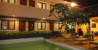 Balira Airport Hotel - Kuta - Piscina