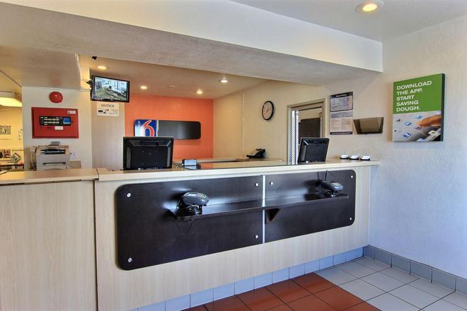Motel 6 Corpus Christi East - North Padre Island - Corpus Christi - Front desk