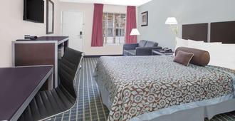 Days Inn by Wyndham Market Center Dallas Love Field - Dallas - Bedroom