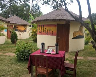 Ukerewe Garden View Bungalow at Bwiru Village Homestay - Mwanza - Patio