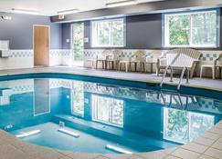 Quality Inn & Suites - Sturgeon Bay - Piscina