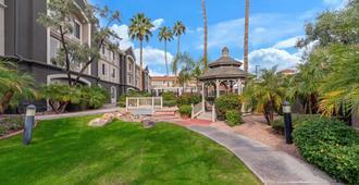 La Quinta Inn & Suites by Wyndham Phoenix Scottsdale - Scottsdale - Vista del exterior