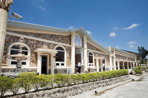 W Clark Hotel & Resort - Angeles City - Building