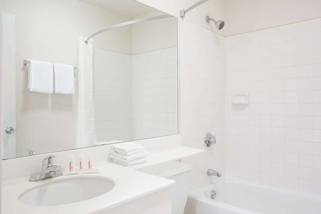 Super 8 by Wyndham Lavonia - Lavonia - Baño