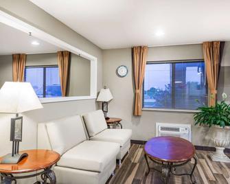 Super 8 by Wyndham Independence - Independence - Living room
