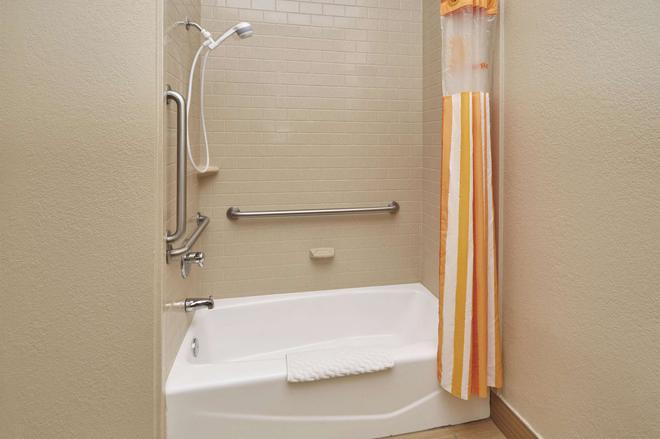 La Quinta Inn & Suites by Wyndham South Bend - South Bend - Μπάνιο