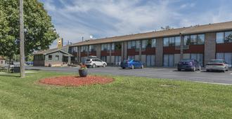Maple Crest Inn - Kingston - Building