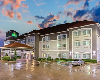 La Quinta Inn & Suites by Wyndham Cleburne - Cleburne - Building