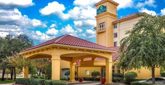 La Quinta Inn & Suites by Wyndham Dallas North Central - Dallas - Edificio