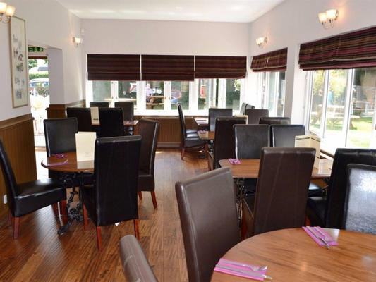 The Rowbarge Hotel and Restaurant - Woking - Restaurant