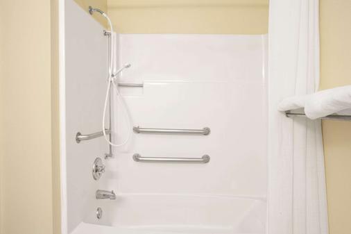 Super 8 by Wyndham Evansville East - Evansville - Bathroom