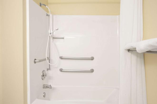 Super 8 by Wyndham Evansville East - Evansville - Phòng tắm