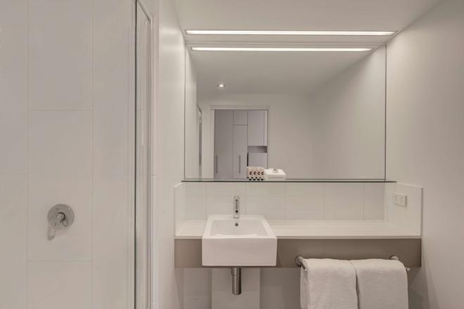 Travelodge Hotel Melbourne Docklands - Melbourne - Bathroom