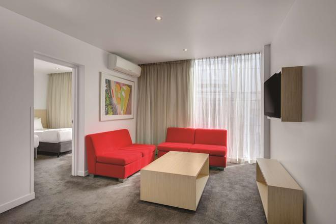 Travelodge Hotel Melbourne Docklands - Melbourne - Living room