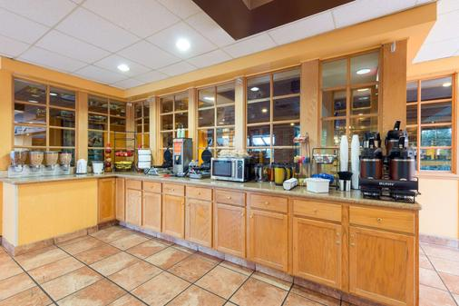 Ramada by Wyndham Louisville North - Louisville - Buffet