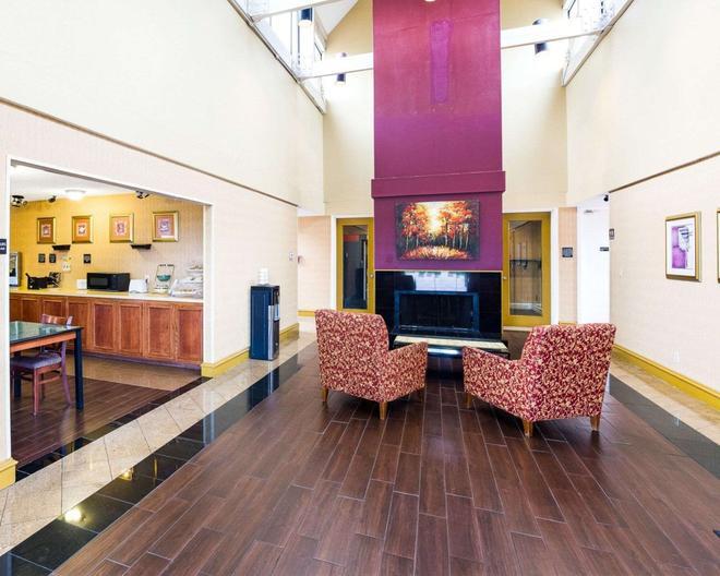 Rodeway Inn and Suites South of Fiesta Park - San Antonio - Lobby