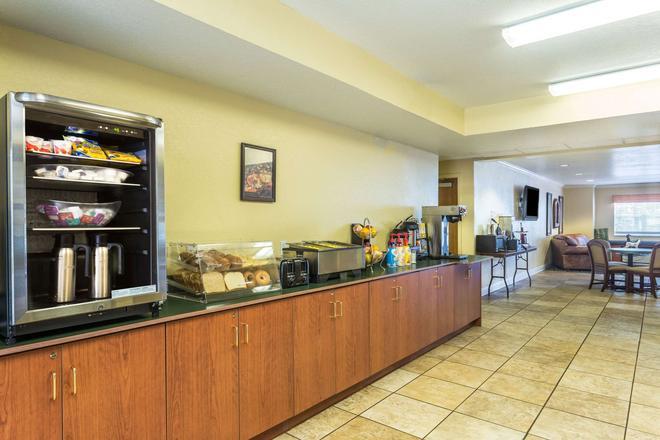 Microtel Inn & Suites by Wyndham Ocala - Ocala - Buffet