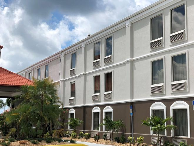 Best Western Plus Bradenton Hotel & Suites - Μπρέιντεντον - Κτίριο