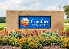 Comfort Inn & Suites and Conference Center - Mount Pleasant - Outdoors view