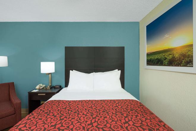 Days Inn by Wyndham Raleigh Midtown - Raleigh - Bedroom