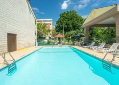 Days Inn by Wyndham Raleigh Midtown - Raleigh - Piscina