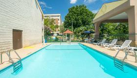 Days Inn by Wyndham Raleigh Midtown - Raleigh - Pool
