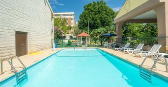 Days Inn by Wyndham Raleigh Midtown - Ράλεϊ - Πισίνα