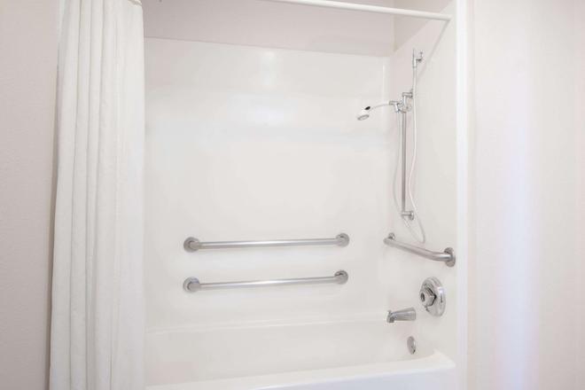 Hawthorn Suites by Wyndham Albuquerque - Albuquerque - Bathroom