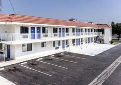 Motel 6 Fresno, CA - Fresno - Building