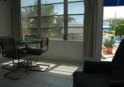 Dolphin Inn Resort - Fort Myers Beach - Living room