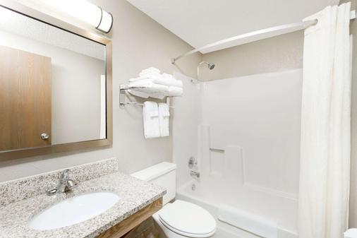 Super 8 by Wyndham Kearney - Kearney - Bathroom