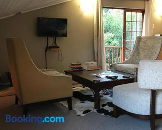 Over The Edge Cottage - Underberg - Living room