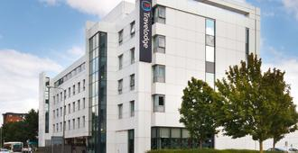 Travelodge Cardiff Atlantic Wharf - Cardiff - Building